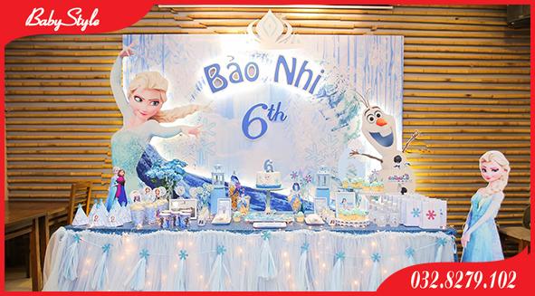 Không gian khá rộng với tiệc được trang trí sinh nhật chủ đề Elsa