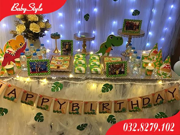 Bàn tiệc trang trí sinh nhật chủ đề khủng long xanh.