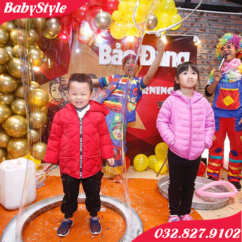 Niềm hứng thú với những quả bóng xà phòng khổng lồ của các bé có mặt tại tiệc
