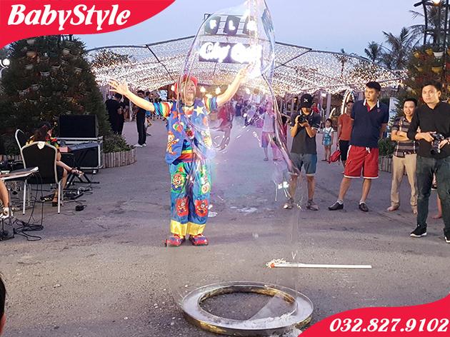 Thuê chú hề biểu diễn bong bóng xà phòng khổng lồ