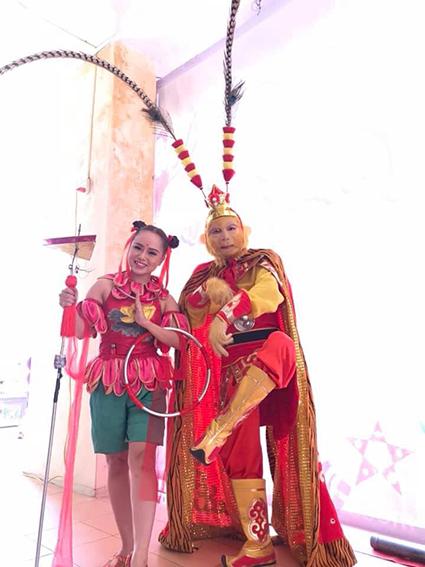 Hình ảnh nghệ sĩ Natra múa lửa đứng cùng ảo thuật gia Ngộ Không
