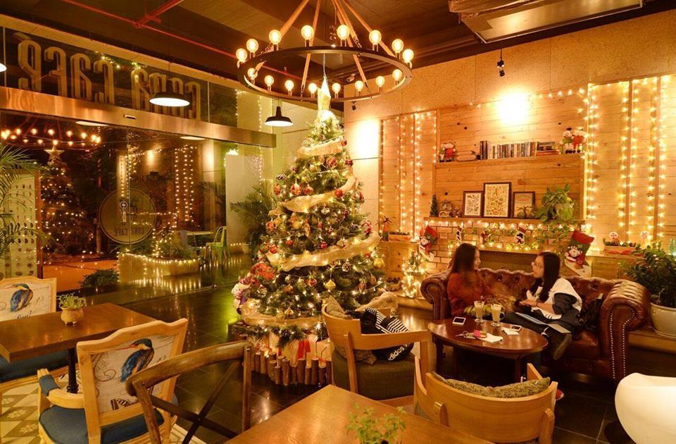 Trang trí cây thông noel cho nhà hàng sang trọng