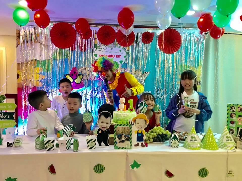 bàn tiệc sinh nhật lộng lẫy trong bữa tiệc