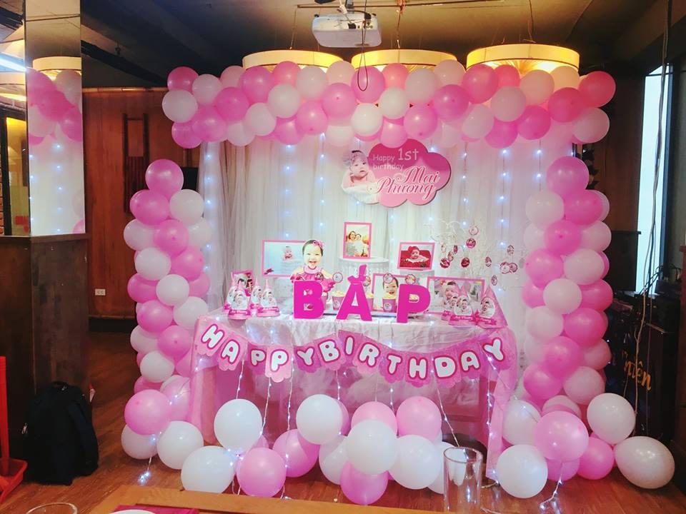 sử dụng bóng trang trí xung quanh bàn tiệc sinh nhật