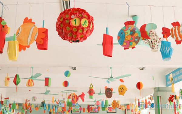 Sử dụng đèn lồng, bóng bay để trang trí trần lớp học