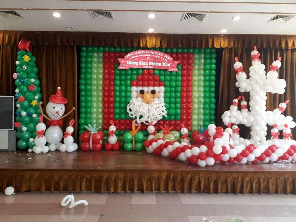 sử dụng bóng bay trang trí sân khấu tổ chức giáng sinh